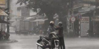Cảm động với cảnh cha mặc áo mưa cho con trai ngay giữa cơn mưa bão