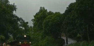 Sửng sốt đoàn tàu hỏa lao vun vút trên sông ảnh 1
