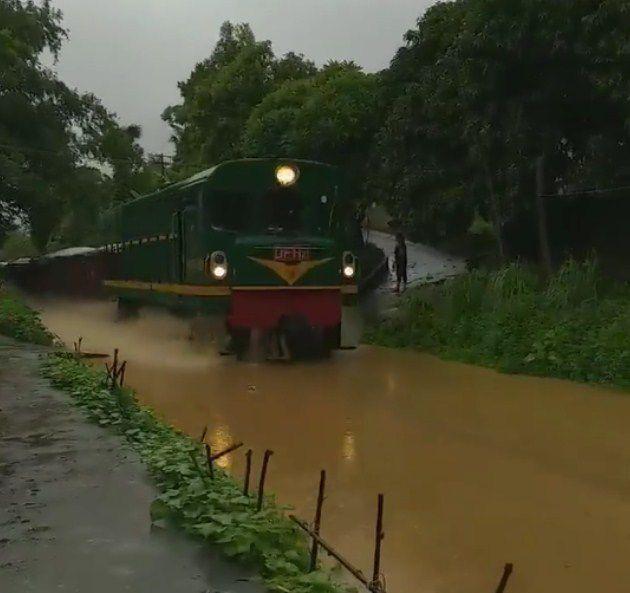 Sửng sốt đoàn tàu hỏa lao vun vút trên sông