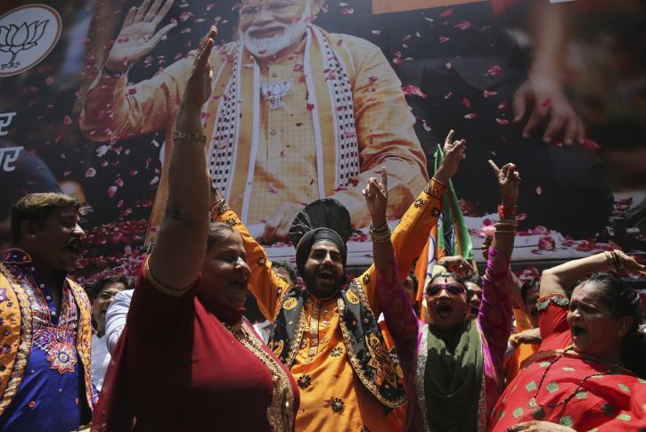 Những người ủng hộ đảng của Thủ tướng Modi mừng chiến thắng bên ngoài trụ sở BJP
