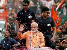 Những người ủng hộ đảng của Thủ tướng Modi mừng chiến thắng bên ngoài