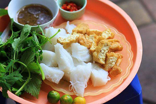 Những khu chợ ăn vặt ngon nhất Sài Gòn (chợ hòa bình) ảnh 1