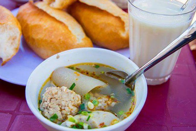 Những khu chợ ăn vặt ngon nhất Sài Gòn (chợ hòa bình) ảnh 2